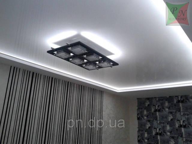 Белый глянцевый потолок с подсветкой