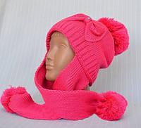 Детская шапка украшена вязаным бантом