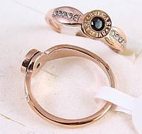 """Брендовое кольцо """"Стиль-1"""" из нержавеющей стали с устойчивым  покрытием золота и стразами."""