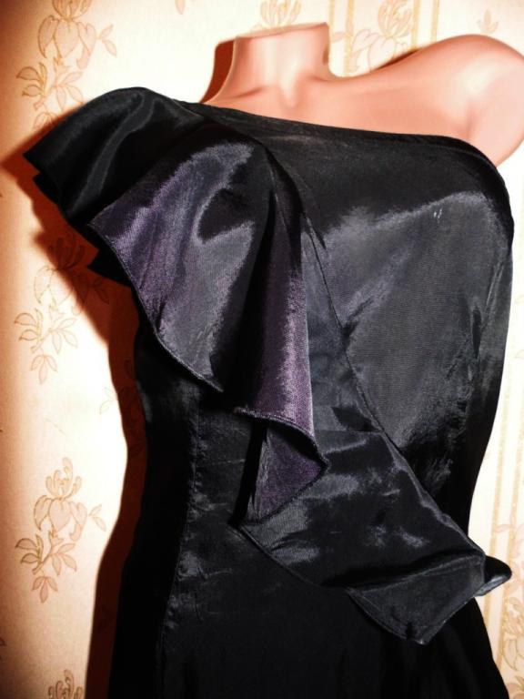 Платье с воланом на одно плечо 42-44р