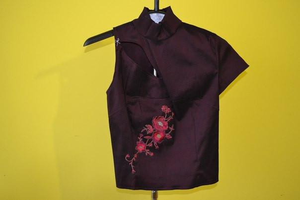 Красивая кофта-блузка на одно плечо.
