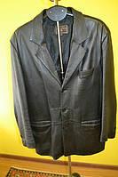 Мужской черный кожаный пиджак на 3 пуговицы.
