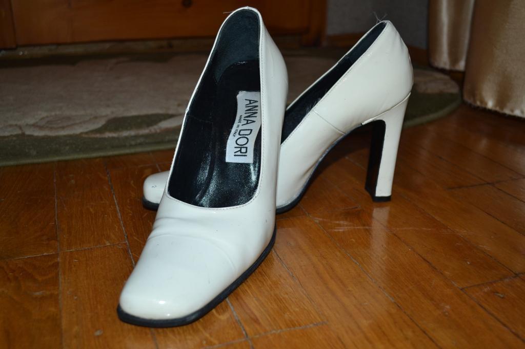 Белые туфельки лакированные