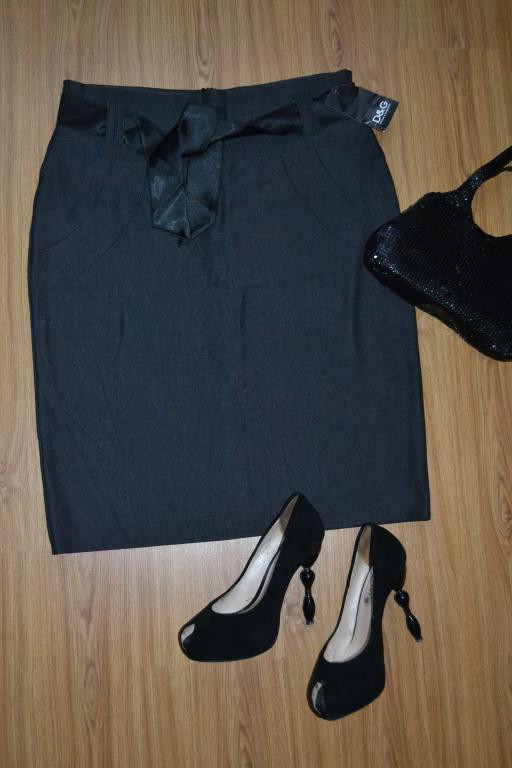 Серая юбка D&G с атласным поясом.