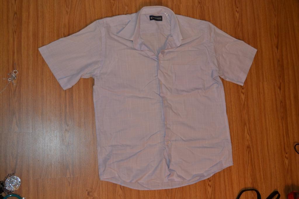 Рубашка светло фиолетового цвета.