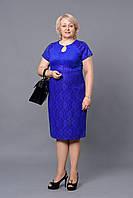 Синее платье прямое с коротким рукавом и украшением на груди