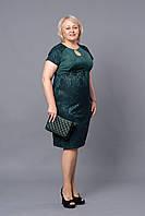 Зеленое платье прямое с коротким рукавом и украшением на груди