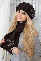 Вязанный женский комплект берет классического фасона и теплый длинный шарф связаны гладкой тонкой вязкой