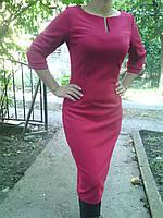Строгое платье с вырезом цвета марсала