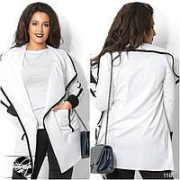 Удлиненный кардиган с накладными кармашками спереди, декорированный контрастными кантами белого цвета.