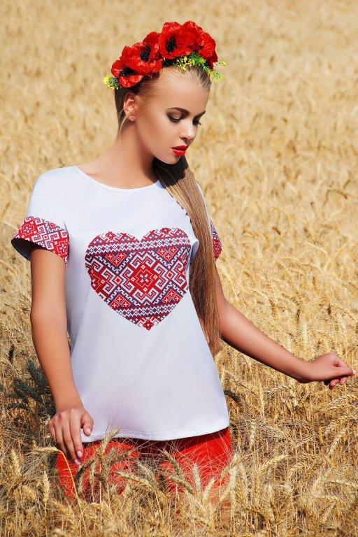 Біла блузка з принтом- вишивкою серце