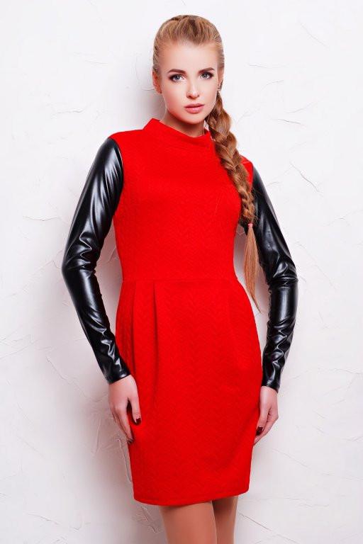 Стильне плаття-футляр з шкіряними рукавами