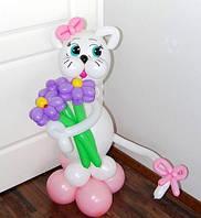 Кошечка из шаров с бантиком и букетом