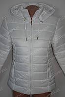 Демисезонная женская куртка на замке с капюшоном белая