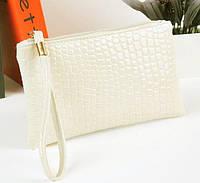 Лаковая сумочка-клатч с ремешком на руку белая