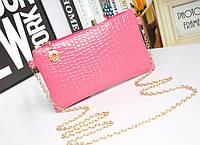 Лаковая сумочка-клатч с цепочкой через плечо розовая