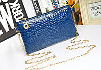 Лаковая сумочка-клатч с цепочкой через плечо синяя
