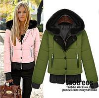 Куртка с капюшоном отороченным мехом и довязом на рукавах и по низу куртки