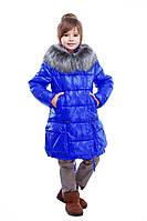 Красивая куртка яркого цвета с богатым мехом