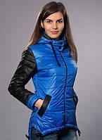 Ярко-синяя куртка с черными рукавами