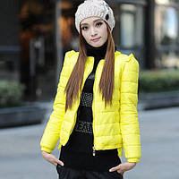Короткая куртка с резинкой по вырезу горловины и рукавам и оборками на рукавах