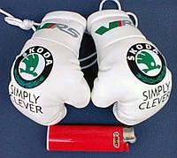Боксерские перчатки в машину на стекло сувенир брелок  белые Шкода