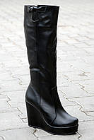 Женские кожаные сапоги на танкетке зима