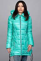 Женская куртка с небольшими разрезами по боковых швах