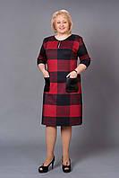 Красивое повседневное платье в модную клетку с накладными карманами из эко-кожи