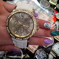 Часы женские наручные с камнями Geneva золотистые с белым ремешком