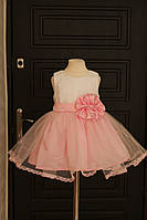 Праздничное пышное платье на девочку украшено гипюром и кружевом