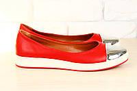 Стильные красные балетки с оригинальным носком