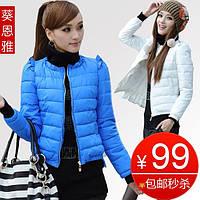Короткая куртка на резинке по вырезу горловины и рукавам и оборками на рукавах