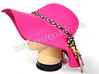 Женская шляпа с широкими полями розовая