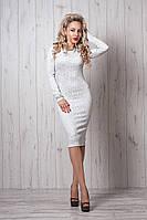 Белое платье из жаккардовой ткани за колено