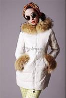 Куртка на молнии с мехом енота на воротнике и рукавах