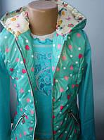 Стильная детская жилетка в сердечках бирюзового цвета