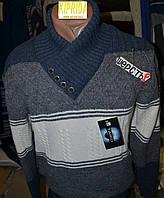 Мужской свитер декорирован пуговицами