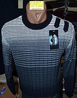 Мужской свитер декорирован контрастной горловиной