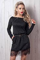 Стильное молодежное платье вырез спадающий с плеча  низ украшен гипюром