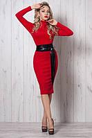 Яркое женское платье из утепленного трикотажа с кожаным поясом на талии