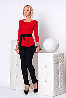 Эффектный строгий брючный костюм в сочетании красной блузы и черных брюк с поясом