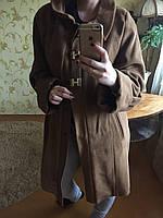 Женское пальто на застежках с длинными рукавами