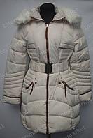 Зимняя удлиненная женская куртка на замке с капюшоном белая