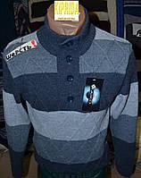 Мужской свитер в полоску декорирован пуговицами