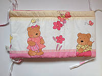 Защита бампер в детскую кроватку Мишка садовник розовый