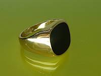 Печатка «Ринг» с устойчивым покрытием золота и глянцевым чёрным камнем.