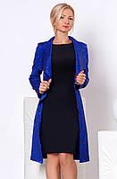 Женский костюм: платье-футляр черного цвета без рукава + удлиненный кардиган синего цвета.