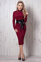 Приталенное женское платье бордового цвета