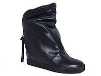 Зимние женские кожаные ботинки на танкетке с молнией